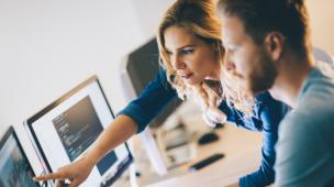 Funcionários olhando juntos para o computador