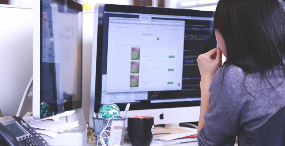 Mulher observa tela do computador na empresa