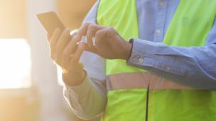 Técnico confere tarefas no celular