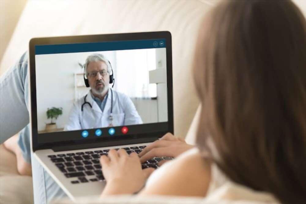 Paciente se consulta com médica pela internet