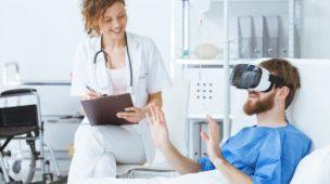 Paciente utiliza óculos de realidade aumentada para tratamento médico no hospital